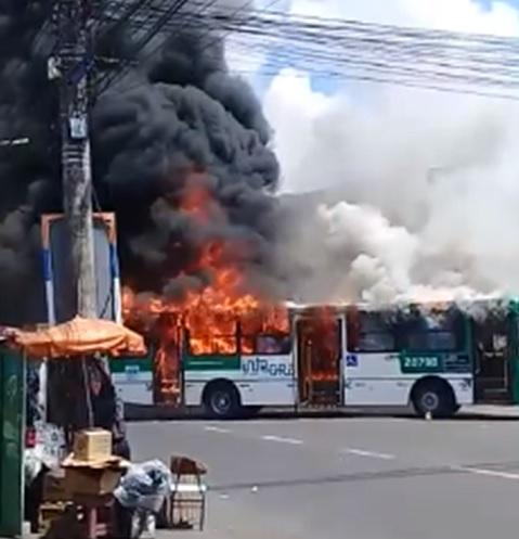 Ônibus é incendiado no bairro de Sussuarana – Subúrbio News 241262ef7a257